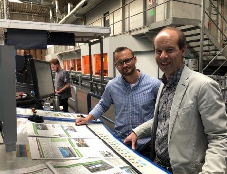 Marc Fürth begutachtet zusammen mit Hans-Martin Heider die neuen Exemplare der Bauen Wohnen Leben Zeitschrift